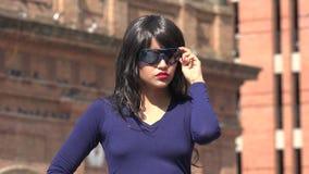Gafas de sol y peluca que llevan que esperan de la mujer almacen de video