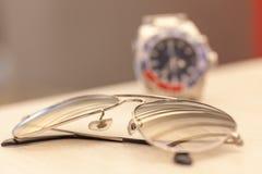 Gafas de sol y reloj Fotografía de archivo libre de regalías