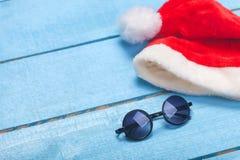 Gafas de sol y sombrero de la Navidad Imagenes de archivo