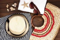 Gafas de sol y sombrero de mimbre Imagenes de archivo