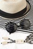 Gafas de sol y sombrero de mimbre Fotos de archivo