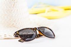 Gafas de sol y sombrero de paja Imágenes de archivo libres de regalías