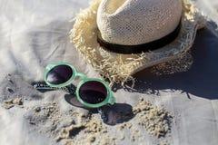 gafas de sol y sombrero en la manta Imagen de archivo libre de regalías