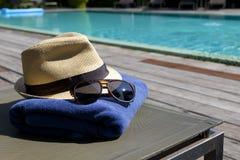 Gafas de sol y sunhat blanco fotografía de archivo