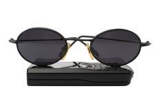 Gafas de sol y teléfono móvil aislados Fotografía de archivo