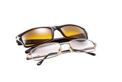 Gafas de sol y vidrios de lectura aislados foto de archivo