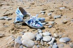 Gafas de sol y zapatos para mujer en la playa Imagen de archivo libre de regalías
