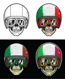 Gafas del cráneo del motorista y casco de la bandera de Italia del Grunge que llevan, cráneo del dibujo de la mano Imagen de archivo