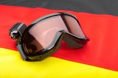 Gafas del deporte de invierno sobre la bandera alemana - tiro del estudio Imágenes de archivo libres de regalías