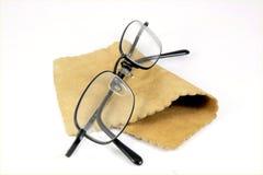 Gafas en el trapo de limpieza del cuero de gamuza Fotografía de archivo