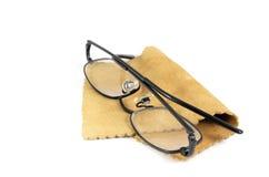 Gafas en el trapo de limpieza del cuero de gamuza Fotos de archivo libres de regalías