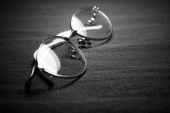 Gafas en fondo oscuro imagen de archivo libre de regalías