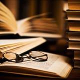 Gafas en los libros imagenes de archivo
