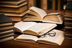Gafas en los libros abiertos Foto de archivo libre de regalías
