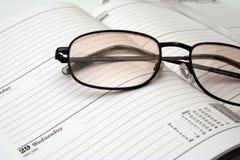 Gafas en un diario foto de archivo libre de regalías