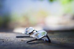 Gafas en una superficie áspera Fotografía de archivo libre de regalías