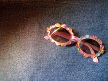 Gafas enrrolladas de los niños Foto de archivo