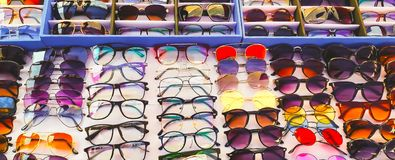 Gafas, motas y sombras en venta en una tienda foto de archivo