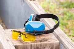 Gafas protectoras y orejeras Fotos de archivo