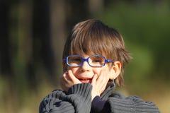 Gafas que desgastan del muchacho imagen de archivo libre de regalías