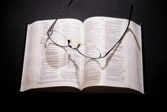 Gafas y biblia santa Foto de archivo libre de regalías