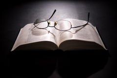 Gafas y biblia santa Imágenes de archivo libres de regalías