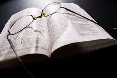 Gafas y biblia santa Fotos de archivo libres de regalías