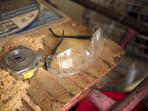 Gafas y cinta métrica de seguridad de construcción Foto de archivo libre de regalías