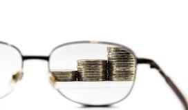 Gafas y dinero Imágenes de archivo libres de regalías