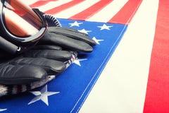 Gafas y guantes del esquí sobre la bandera de los E.E.U.U. - tiro ascendente cercano Imagen de archivo