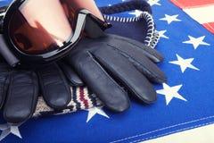 Gafas y guantes del esquí sobre la bandera de los E.E.U.U. - tiro del estudio Fotos de archivo