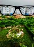 Gafas y un edificio Foto de archivo libre de regalías