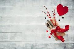 Gaffel kniv, servett, hjärta Fira dagen för valentin` s Tjäna som dag för tabellgarneringvalentin Royaltyfri Bild