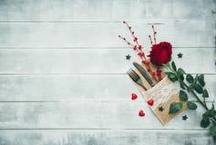 Gaffel kniv, servett, hjärta Fira dagen för valentin` s Tjäna som dag för ` s för tabellgarneringvalentin, tabelluppsättning med  Arkivbilder