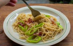 gaffel med spagetti på den arkivfoton