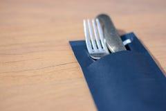 Gaffel och kniv på matställetabellen royaltyfri fotografi