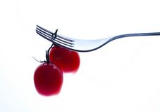 Gaffel och röda tomater Arkivbild