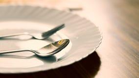 gaffel och sked med den vita plattan Fotografering för Bildbyråer