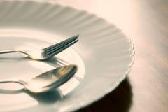 gaffel och sked med den vita plattan Royaltyfri Fotografi