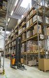 Gaffeltruck i ett lager Royaltyfri Fotografi