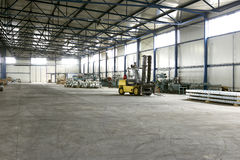 Gaffeltruck i produktionkorridor Arkivbild