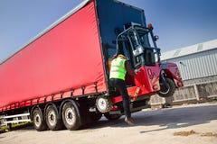 gaffeltruck monterad lastbil Arkivbilder