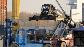 Gaffeltruck som arbetar i behållareterminal Helgon-Peterburg Ryssland, 2016 lager videofilmer