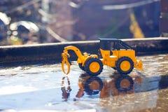 Gaffeltruck som arbetar på en väg under en korkad bro för is arkivfoto
