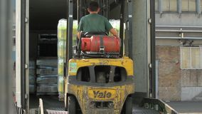 Gaffeltruck som laddar en lastbil
