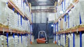 Gaffeltruck som laddar stora säckar av korn i materiel arkivfilmer