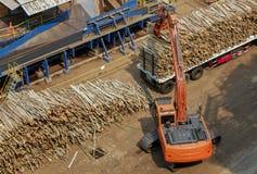 Gaffeltruckar i industrianläggningar royaltyfri foto