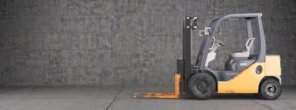 Gaffeltrucken på industriellt smutsar ner väggbakgrund Arkivbild