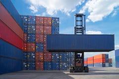 Gaffeltrucklyftande lastbehållare i sändande gård eller skeppsdockagård mot soluppgånghimmel för trans.import royaltyfria bilder
