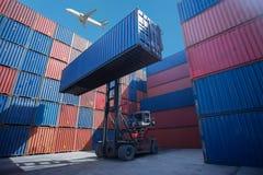 Gaffeltrucklyftande lastbehållare i sändande gård eller skeppsdockagård mot soluppgånghimmel för trans.import arkivbild